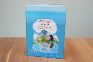 Wij ontvingen het prentenboek Opsekopse Wereld van Mirjam Hildebrand. Of we dit boek een aanrader vinden, lees je hier.